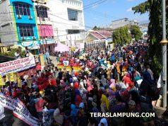 Unjuk rasa ribuan warga Lampung di depan Kantor Gakumdu,Senin siang (16/7/218).