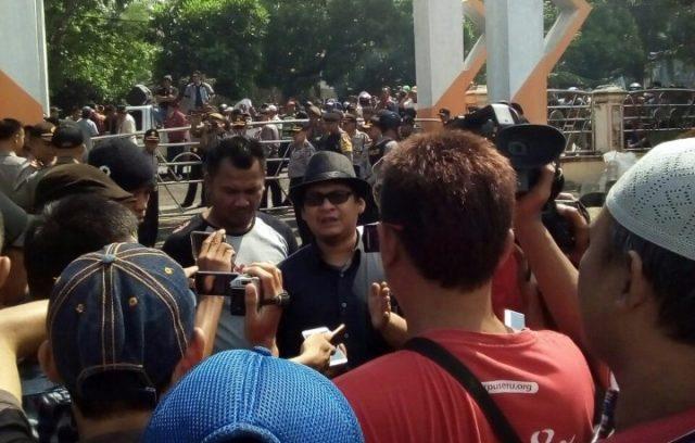 Nurul Ikhwan, koordinator aksi KRPDL, di sela unjuk rasa menolak politk uang dalam Pilgub Lampung, di Lampung Selatan,Jumat (6/7/2018).