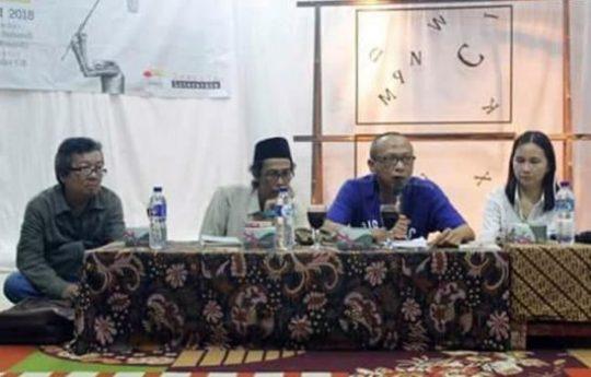 Ahmad Yulden Erwin,Ari Pahala Hutabarat,Iswadi Pratama,dan Inggit Putria Marga dalam diskusi peluncuran tiga antologi puisi karya Ahmad Yulden Erwin di UKMBS Universitas Lampung, Sabtu, 21 Juli 2018 (Foto: Alexander Gebe)