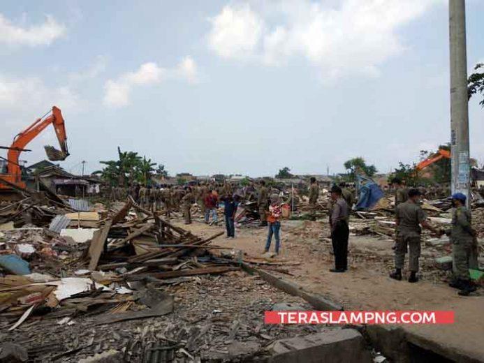Rumah dan bangunan Pasar Griya Sukarame Bandarlampung rata dengan tanah setelah diterjang eksavator, Selasa (24/7/2018).