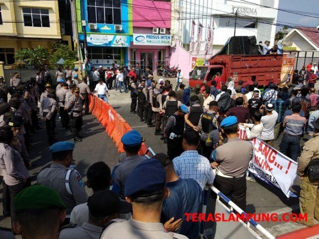 Aparat keamanan dari Polresta Bandarlampung menjaga ketat areal di sekitar Kantor Gakumdu Lampung, Kamis (19/7/2018).