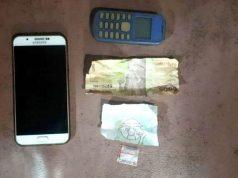 Barang bukti satu paket kecil sabu, uang pecahan Rp 5.000 dan dua unit ponsel merk Samsung dan Nokia yang disita oleh Petugas Satres Narkoba Polres Way Kanan dari tersangka DS (19) dan AU (15), warga Kecamatan Negeri Agung, Way Kanan. (Foto: Humas Polres Way Kanan)