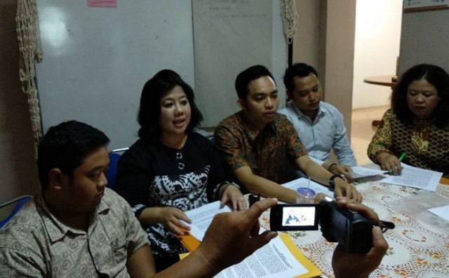 Direktur Lembaga Advokasi Perempuan Damar Sely Fitriani bersama Tim Hukum Damar menjelaskan soal laporannya ke Polda Lampung terkait dugaan pelecehan seksual yang dialami seorang mahasiswa.