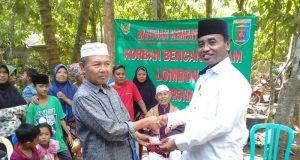 Ketua Baznas Lampung Mahfud Santosa memberikan bantuan korban bencana Lombok