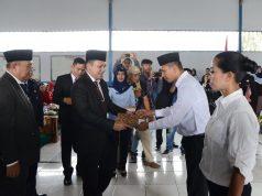 Gubernur Ridho Ficardo menyerahkan remisi,Jumat (17/8/2018)