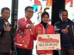 Menpora Imam Nahrawi secara simbolik menyerahkan bonus Rp 1,5 miliar kepada Defia Rosmaniar karena berhasil meraih medali emas pada cabang taekwondo Asian Games 2018 (Foto: Dok. Kemenpora)