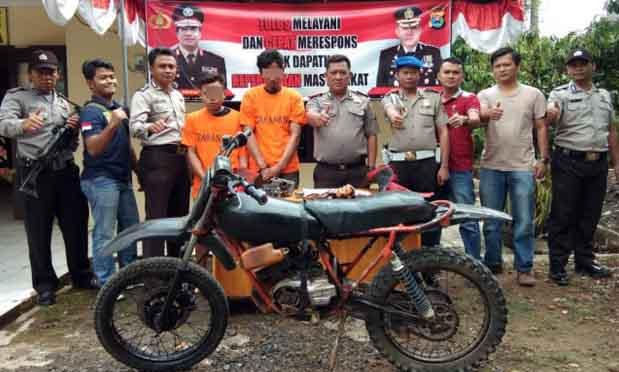 ZS (26) dan DY (22) diamankan Petugas Unit Reskrim Polsek Sumberjaya, Lampung Barat bersama beberapa barang bukti yang disita. (Foto Humas Polres Lampung Barat)