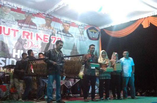 Pemberian hadiah pemenang lomba karaoke HUT RI ke-73 dan HUT Dusun Sidosari ke-58 yang diserahkan oleh mantan Kepala Desa (Kades) Sidomulyo, Agus Sartono