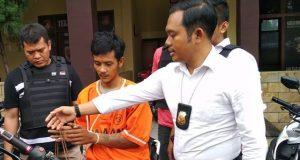 Kasat Reskrim Polresta Bandarlampung, Kompol Harto Agung Cahyono saat mengintrogasi Soni, tersangka spesialis jambret di 17 TKP