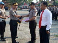 Kapolres Tulangbawang, AKBP Raswanto Hadi Wibowo saat memberikan penghargaan (reward) serta hukuman (punishment) kepada Polsek Jajaran di Lapangan Mapolres setempat.