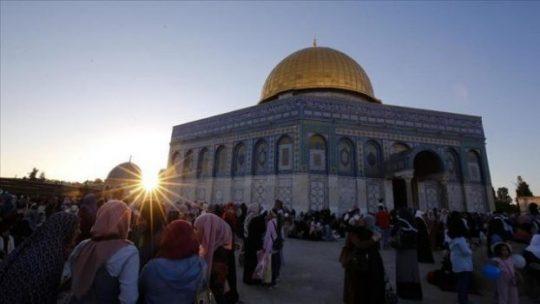 Umat muslim berkumpul untuk menjalani solat Ied di Masjid Al Aqsa, Yerusalem, 15 Juni 2018. ( Mostafa Alkharouf - Anadolu Agency )