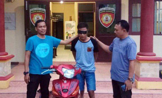 BS alias RT (29), pelaku pencurian perhiasan saat dimankan bersama barang bukti kalung emas hasil curian milik korban dan sepeda motor tanpa plat kendaraan di Mapolsek Lambu Kibang, Tulangbawang.