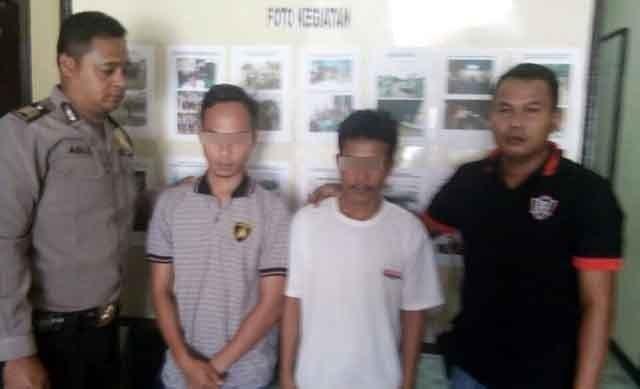 Pelaku pengroyokan disertai curas, M.A. Arifin (34) dan Agung Hengki Anggara (27) diamankan di Mapolsek Seputihmataram.