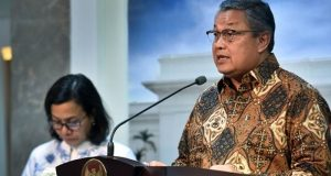 Gubernur BI Perry Warjiyo (kanan) menyampaikan keterangan pers usai Rapat Terbatas di Kantor Presiden, Jakarta, Selasa (14/8) sore. (Foto: Agung/Humas/Setkab)