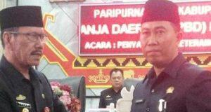 Asisten I Sekkab Lampura (Yuzar) menyerahkan draft APBDP tahun 2018 kepada Waki Ketua I DPRD Lampura, Nurdin Habim