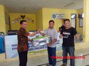 Penyerahan bantuan alat digital printing dari Dinas Koperasi dan UKM Pesarawan untuk Desa Hanura, Kecamatan Teluk Pandan.