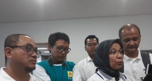 GM PT PLN Distribusi Lampung Julita Indah *(tengah), GM Pembangkitan Sumatera Bagian Selatan Raden Bambang Anggono (kiri) di wawancarai media di PLTU Tarahan, Rabu (%/9/2018).