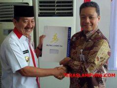 Walikota Bandarlampung Herman HN dan Dirut Bank Lampung Eria Desomsoni usai menandatangani MoU pemasangan tapping box, Rabu (5/9/2018).