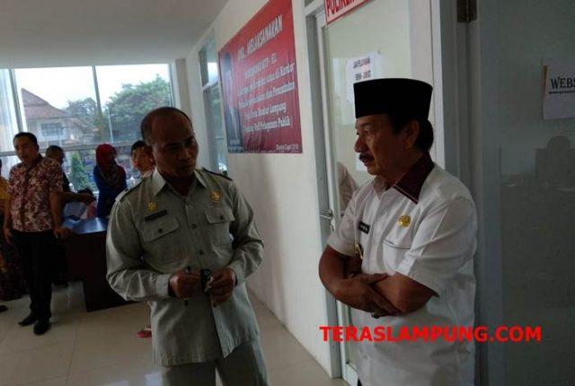Walikota Herman HN bersama Kepala Disdukcapil Zainuddin di Gedung Satu Atap.