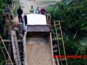 Mobil dumptruck pengangkut material pasir dan besi yang terjerembab di jembatan Way Lunik Pekon Kubu Langka, Kecamatan Cukuh Balak yang ambruk saat dilintasi