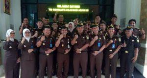 Tim penilai dari Kejagung berpose bersama jajaran Kejari usai melakukan penilaian dalam perlombaan Sidakarya tahun 2018