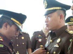 Kepala Kejaksaan Negeri Lampung Utara, Sunarwan menyematkan pin jabatan kepada Van BarataSemenguk