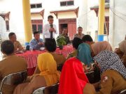 Kasi Datun Kejaksaan Negeri Lampung Utara, M. Reza Kurniawan saat memberikan pelayanan hukum kepada aparatur desa di Sungkai Seatan