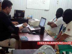 Camat Kotabumi Utara, Lampung Utara, N (sebelah kanan penyidik) dan AR, supirnya sedang menjalani pemeriksaan