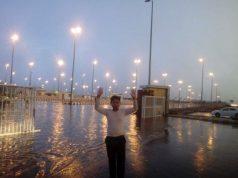 Petugas di Terminal Hijrah Madinah bersuka cita menyambut datangnya hujan yang mendinginkan cuaca. (Dok. MCH/istimewa)