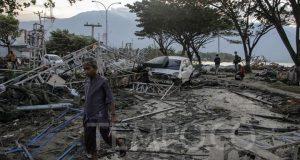 Warga melintasi daerah yang hancur akibat tsunami di kawasan Pantai Talise, Palu, Sulawesi Tengah, Sabtu, 29 September 2018. Dari data BNPB hingga Sabtu sore, korban tewas mencapai 405 orang dan 500 orang luka-luka, ribuan bangunan rumah, perkantoran, dan fasilitas publik rusak parah. TEMPO/Muhammad Hidayat.