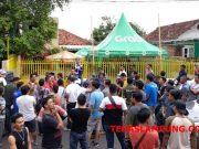 Para pengemudi online yang selama ini bermitra dengan Grab mendatangi kantor Grab di jalan. KH. Ahmad Dahlan Bandarlampung, Kamis (20/9/2018)