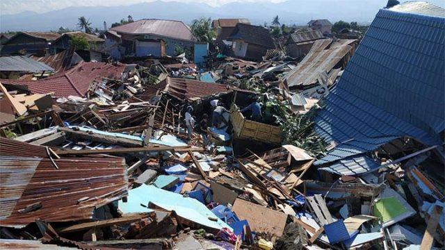Warga mencari barang berharga di rumahnya yang hancur akibat gempa di Perumnas Bala Roa, Palu, Ahad, 30 September 2018. ANTARA/Darwin Fatir