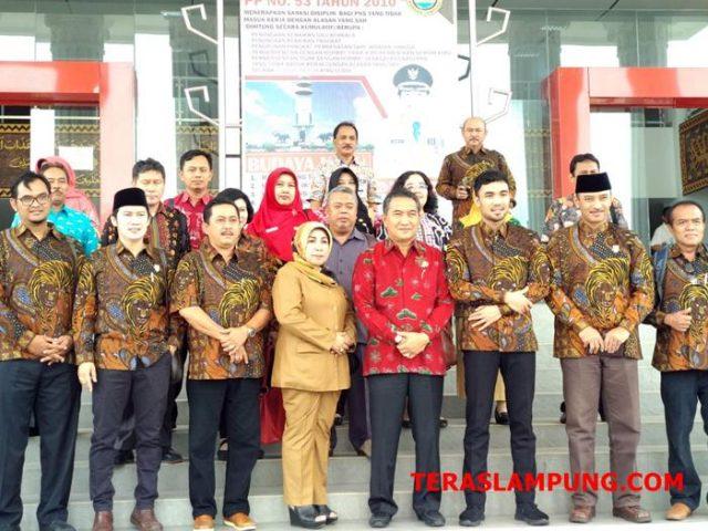 Sekdakot Bandarlampung bersama anggota DPRD Kota Magelang di depan gedung Satu Atap.