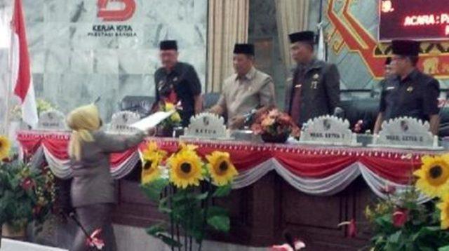 Juru bicara Fraksi Partai Gerindra menyerahkan padangan umum mereka kepada pimpinan sidang paripurna dan perwakilan Pemkab Lampung Utara
