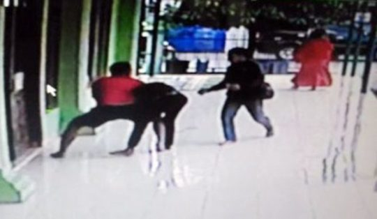 Dari rekaman CCTV, pria paruh baya terduga pelaku pencurian yang membongkar kotak amal Masjid Asy-Syifa Rumah Sakit DKT TK. IV 02.07.04 di Jalan Sam Ratulangi, Tanjungkarang Pusat saat ditangkap warga.