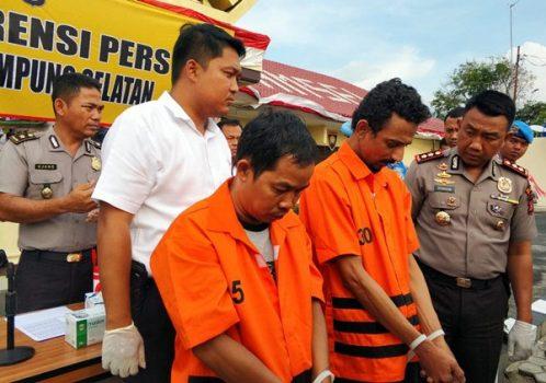 Kapolres Lampung Selatan, AKBP M. Syarhan (kanan) didampingi Kasat Reserse Narkoba, Iptu Ferdiansyah saat mengintrogasi pelaku penerima paket ganja 5 Kg.