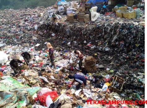 Para pemulung mengais sampah di TPA Bakung, Jumat sore (31/8/2018)