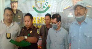 Kasi Penkum Kejati Lampung, Ari Wobowo saat pres reles penangkapan terdakwa Hazairin (kedua dari kanan), PNS Dinkes Lampung yang menjadi buronan tindak pidana korupsi proyek pengadaan jamban Dinkes Provinsi Lampung.