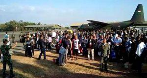 Ratusan warga yang berasal dari Kota Palu yang selamat dari gempa tiba di Makassar. [Saleh Sibali]