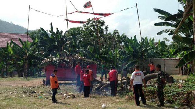 BPBD Kota Bandarlampung dibantu Koramil Panjang sedang membersihkan Lapangan di Kelurahan Way Lunik.