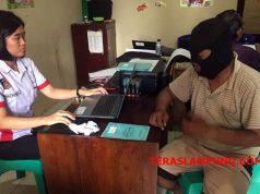 AI, oknum guru honor yang diduga melakukan pencabulan kepada dua siswinya,diperiksa polisi, Selasa,9 Oktober 2018.(Foto: Teraslampung.com/Feaby Handana)