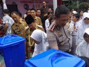 Walikota Herman HN dan Kapolresta Kombes Pol Murbani Budi sedang mengajarkan anak-anak SDN 2 Rawalut cuci tangan pakai sabun.
