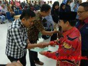 Walikota Herman HN menyerahkan secara sombolis seritifikat tanah program PTSL didampingi Kepala BPN Kota Bandarlampung Ahmad Aminullah