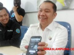 Kepala BNN Provinsi Lampung, Brigjen Pol Tagam Sinaga didampingi Plt Kabid Pemberantasan, Richard PL. Tobing (kiri) saat menunjukkan situs website 'Pakde Intel'.