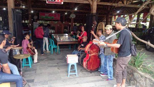 Kim Commanders bersama musisi jalanan Komunitas seniman jalanan lampung (Kosela) 'Ngamen' penggalangan dana untuk korban bencana alam di Palu, Sigi dan Donggala, Sulawesi Tengah di 'Warung Sego' di Jalan Hos Cokroaminoto, Pahoman, Bandarlampung.