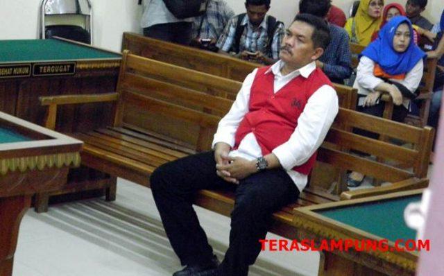 Mantan Kalapas Kelas II A Kalianda, Muchlis Adjie (51) saat jalani sidang perdana di Pengadilan Negeri Kelas 1A Tanjungkarang, Selasa 9 Oktober 2018 sore.
