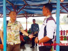 Kepala Badan Penelitian dan Pengembangan Daerah Pemprov Lampung, Mulyadi Irsan (kiri), berbincang dengan epala Desa Wonomarto usai meninjau langsung bendungan Tirta Shina yang menjadi pariwisata unggulan di Lampura,Kamis (11/10/2018).