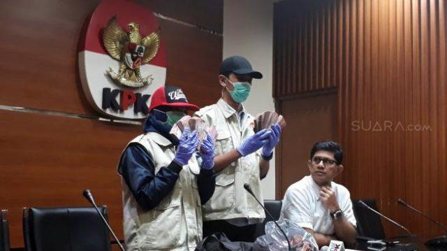 Wakil Ketua KPK Laode M Syarif (kanan) dalam jumpa pers terkait operasi tangkap tangan (OTT) KPK terhadap anggota DPRD Kalteng dan pihak swasta di Gedung KPK, Kuningan, Jakarta Pusat, Sabtu (27/10/2018). [Suara.com/Ummi Hadyah Saleh]