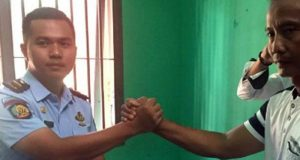 Pihak Rutasn Kelas IIB Kotabumi menyerahkan barang yang diduga sabu kepada pihak Polres Lampura