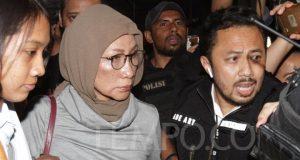 Ratna Sarumpaet dikawal saat tiba di Polda Metro Jaya Jakarta, Kamis malam, 4 Oktober 2018. Ratna mengaku, bahwa wajah lebamnya yang tersebar, bukan merupakan akibat pemukulan seperti yang diberitakan. Wajah lebam tersebut didapatkan setelah ia melakukan perawatan sedot lemak di bagian pipi oleh seorang dokter ahli bedah plastik di Jakarta. TEMPO/Amston Probel